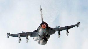 Saab JAS 39 Gripen lennossa takaapäin kuvattuna.