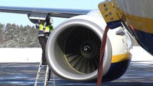 Ryanairin konetta tankataan Lappeenrannan kentällä