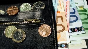 Eurokolikoita ja -seteleitä lompakossa.