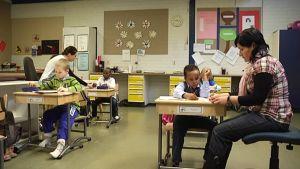 koulunkäynninohjaajat auttavat oppilaita alakoulussa.