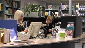 Joensuun pääkirjaston kirjastotyöntekijöistä.