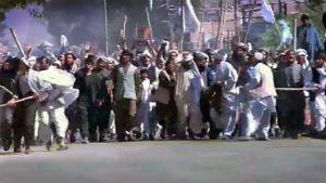 Mielenosoittajajoukko Kandaharin kadulla