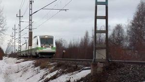 Matkustajajuna lähestyy olosuhteiden ollessa talviset.