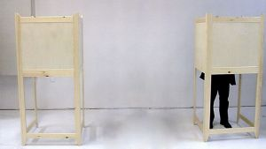 Kaksi äänestyskoppia joista toisessa mies