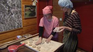 Ruisleipäkoululaiset Sysmässä leipää valmistamassa.
