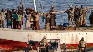 Sotilaat pidättävät merirosvoja.
