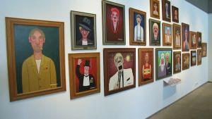 Maalauksia taidenäyttelyssä.