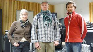Kuvassa videota tekemässä olleet Satu Siirilä, Hannu Karppinen ja Juha Kiviharju