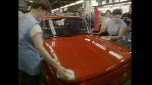 Eisenachin tehtaan työntekijät kiillottavat viimeistä Warburgia 10.4.1991.