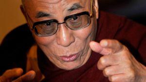 Dalai-lama antamassa haastattelua toimittajille Bromman kentällä Tukholmassa.