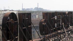 Tshernobylin ydinvoimala nähtynä hotellin katolta Pripjatin kaupungissa Ukrainassa.