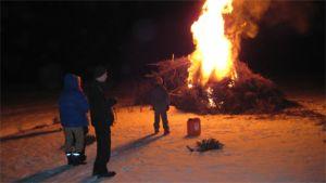 Pääsiäiskokko lumisessa maisemassa Sievissä, Keski-Pohjanmaalla.