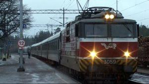 VR:n juna saapuu asemalle.