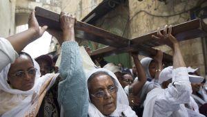 Etiopialaiset pyhiinvaeltajat kantavat ristiä Via Dolorosan kärsimysreitillä Jerusalemissa.