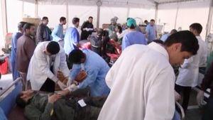 Lääkärit hoitivat haavoittuneita Gaddafille uskollisia sotilaita telttasairaalassa Misratassa.