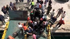 Taisteluja pakenevat siviilit nousevat Benghaziin matkalla olleeseen laivaan.