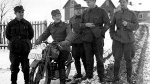 Talvisodan sotilaita maalaistalon pihatiellä Kannaksen Siprolassa.