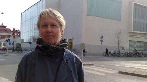 Eve Jaakkola puhuu Jyrin kuoleman vuosipäivänä Turun pääkirjaston portailla järjestettävässä kynttilämielenilmauksessa.