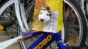 Tämän sympaattisen pehmolelun saa pyöräostoksen mukana.