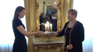 Pääministeri Mari Kiviniemi ojentaa hallituksensa eroanomuksen presidentti Tarja Haloselle.