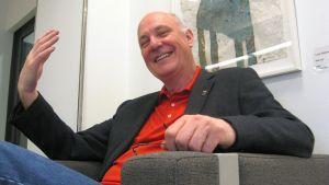 Tony Melville harjoittelee kuninkaallista tervehtimistä.