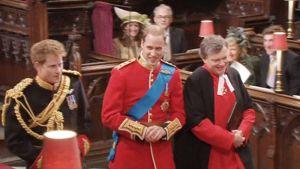 Prinssi William saapumassa hääkirkko Westminster Abbeyhyn veljensä prinssi Harryn kanssa.