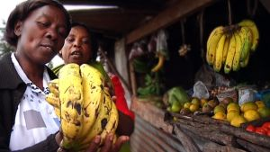 Mama Silas ostamassa banaaneja