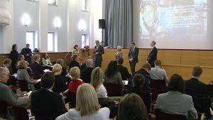 Sanoman ja Bonnierin edustajat kertovat yrityskaupasta tiedotustilaisuudessa.