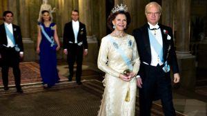Ruotsin kuninkaalliset saapumassa Nobel-illalliselle joulukuussa 2010.