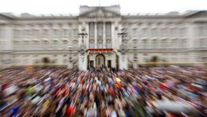 Yleisö tungeksi Buckingam Palacen ympärillä hääpäivänä.