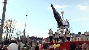 Retuperän WPK:n muusikot virittelivät vappukansaa tunnelmaan Havis Amandan patsaan lähistöllä Helsingissä.