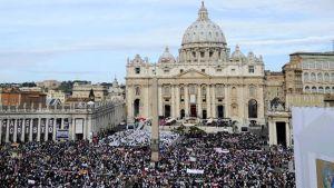 Pietarinkirkon aukiolle on kerääntynyt  kymmeniä tuhansia ihmisiä seuraamaan edesmenneen paavin autuaaksijulistamista.
