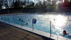 Uimareita ja vesijuoksijoita Samppalinnan maauimalassa Turussa.