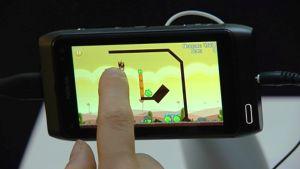 Angry Birds -peliä pelataan matkapuhelimella.