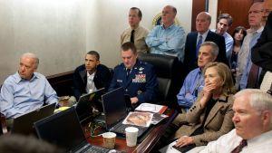 Yhdysvaltain varapresidentti Joe Biden (vas.), presidentti Barack Obama (toinen vas.) ja ulkoministeri Hillary Clinton (toinen oik.) seuraavat Valkoisessa talossa hyökkäystä Osama bin Ladenin majapaikkaan.