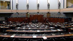 Tyhjä eduskunnan istuntosali