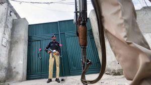 Pakistanilainen poliisi vartioi Osama bin Ladenin piilopaikka-alueen suljettua sisäänkäyntiä Abbottabadissa.