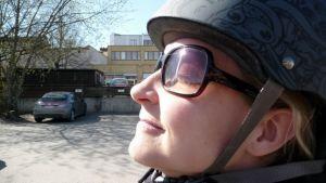 Pyöräilijä nauttii auringosta.