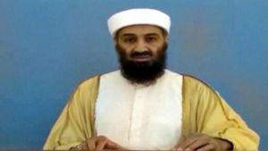 Osama bin Laden piti puhetta paljastetulla videolla.