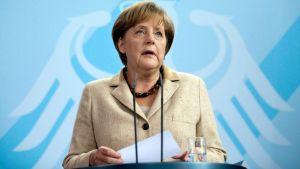 Angela Merkel puhuu Berliinissä.