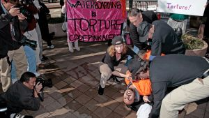 Mielenosoittajat demonstroivat vesikidutusta.