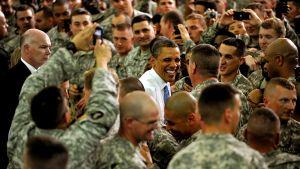 Presidentti Obama sotilaiden ympäröimänä.