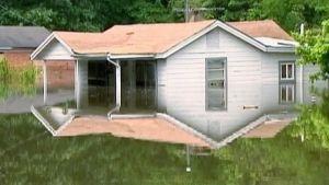Tulvan keskelle jäänyt talo.