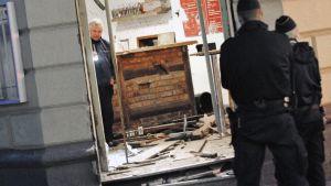 Poliisit tutkivat pommin aiheuttamia tuhoja Malmön keskustassa.
