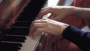 Pianisti soittaa.
