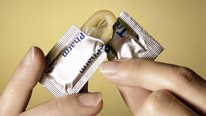 kondomipakkausta avataan