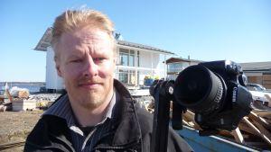 Valokuvaaja Teppo Kangas tekee panoramakuvauksia.