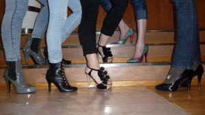 Kuvassa korkokenkiä naisten jaloissa