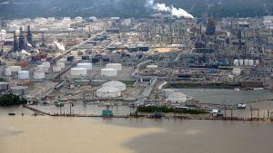 Tulvavesi uhkaa öljynjalostamoa Baton Rougessa, Louisinassa