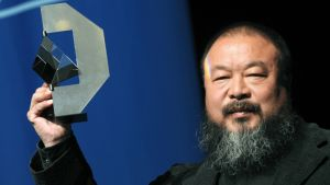 Ai Weiwei vastaanottaa palkintoa.